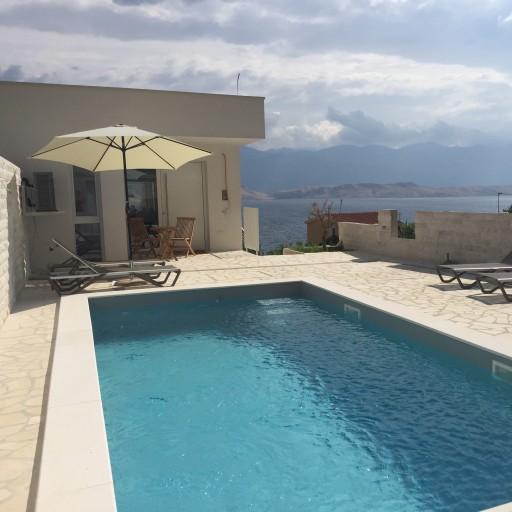 Villa Pag je luksuzna kuća s pogledom na more i vlastitim bazenom.