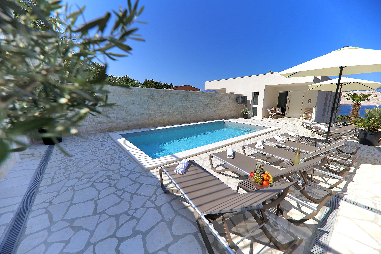 Villa Pag - Pool und Terasse mit Meerblick